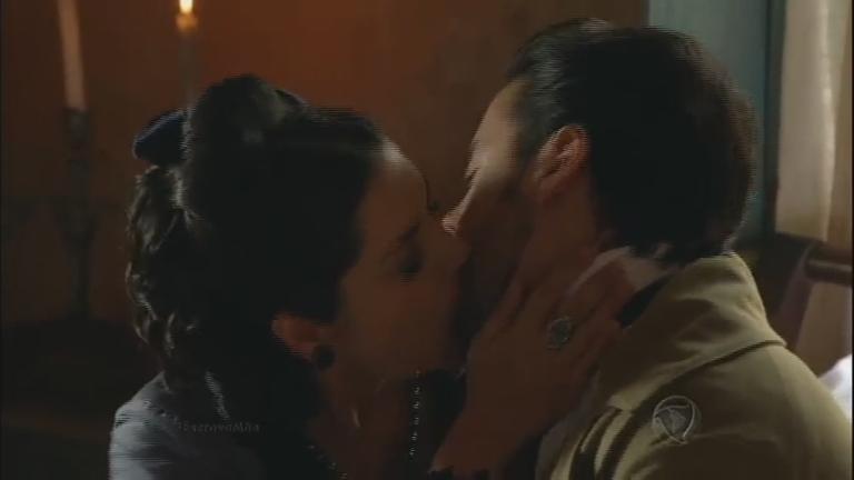 Miguel beija Maria Isabel, mas se lembra de Juliana ...