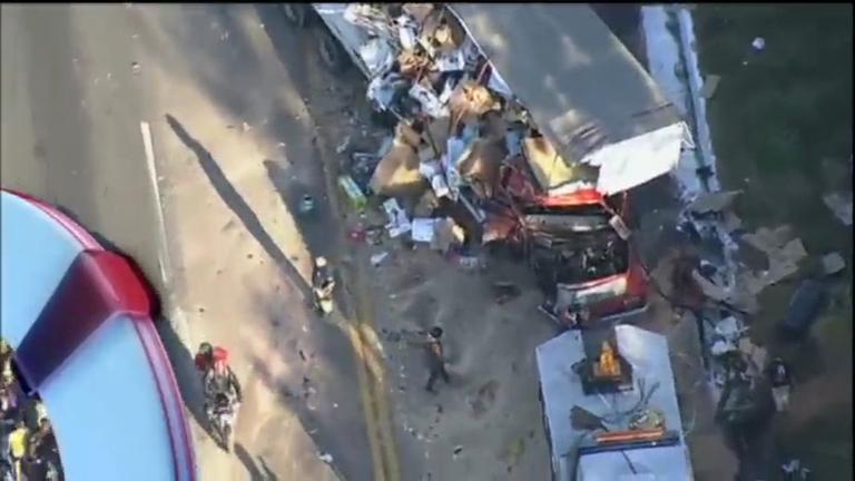 Acidente entre dois caminhões provoca enorme congestionamento ...
