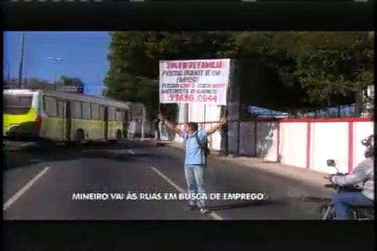 Mineiro vai às ruas com placa em busca de emprego de motorista ...