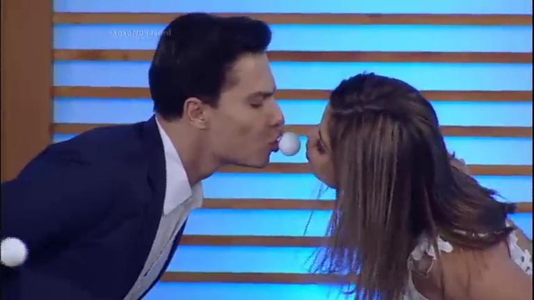 Vai rolar selinho: casais se enfrentam na brincadeira Beija Bola ...