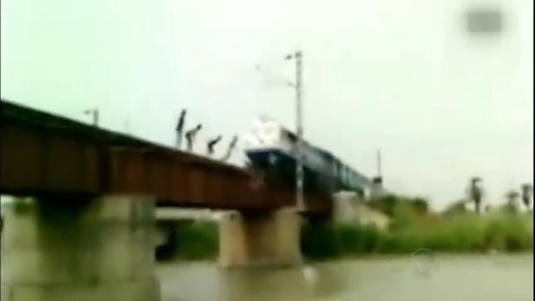 Sem noção do perigo: garotos pulam de ponte uma fração de ...