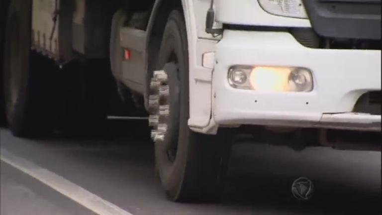 Acessório em roda de caminhões excede largura do veículo e pode ...