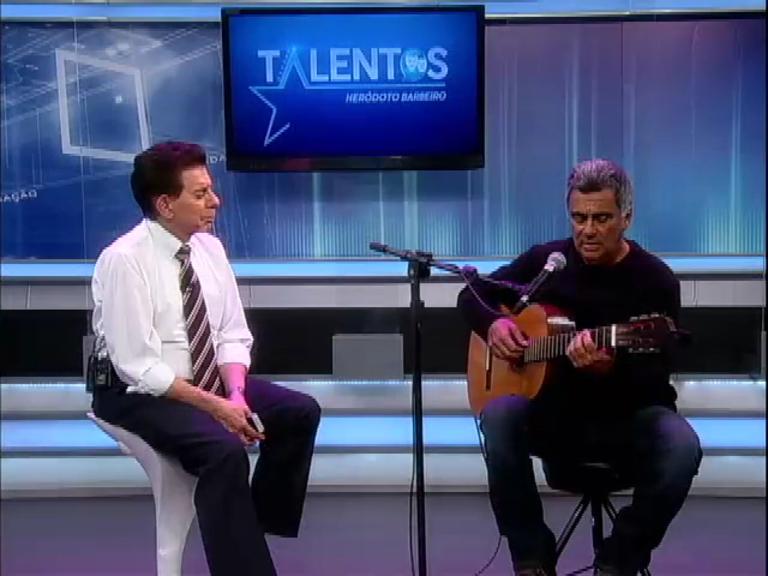 Heródoto Barbeiro recebe o compositor e violonista Guinga no programa Talentos