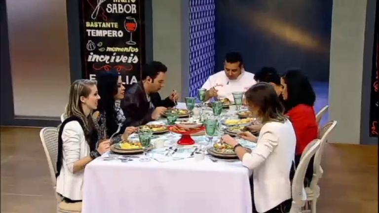 Convidados saboreiam pratos de comida caipira e avaliam…
