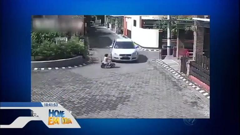 Impressionante! Menina é atropelada por carro e anda normalmente ...