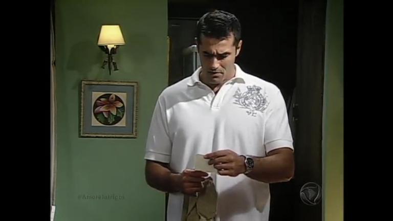 Felipe encontra bilhete de Alexandra em suas coisas