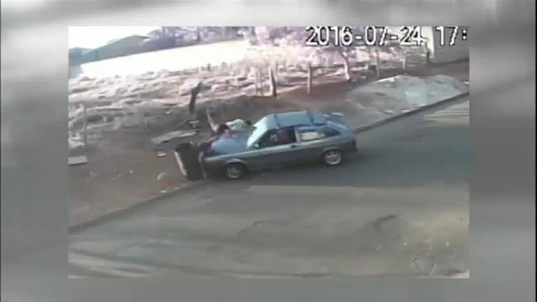 Motorista é flagrado atropelando casal de pedestres na…