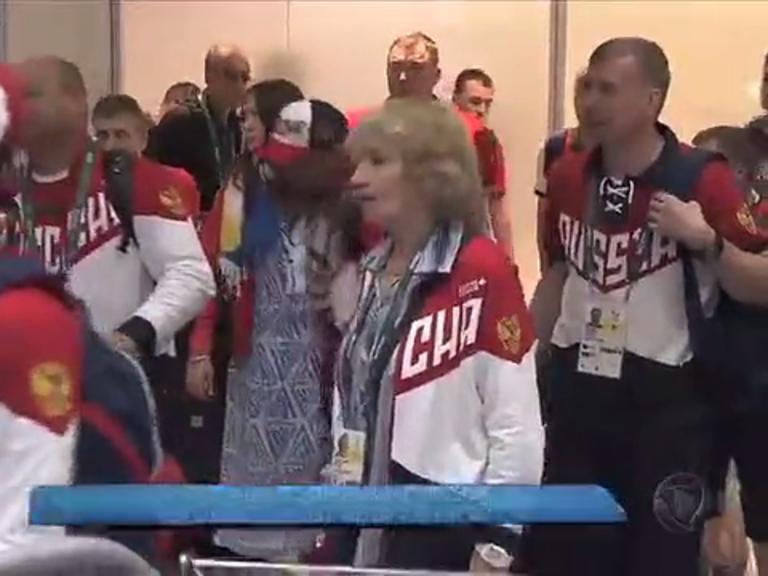 Atletas russos desembarcam sob esquema especial de segurança