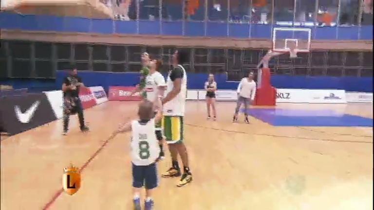 Menino fera no basquete realiza sonho de conhecer astros do esporte