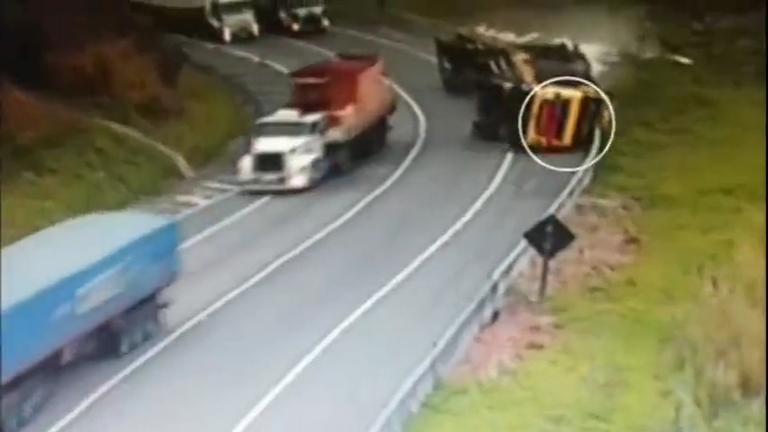 Carreta carregada de madeira tomba em rodovia no interior de São ...