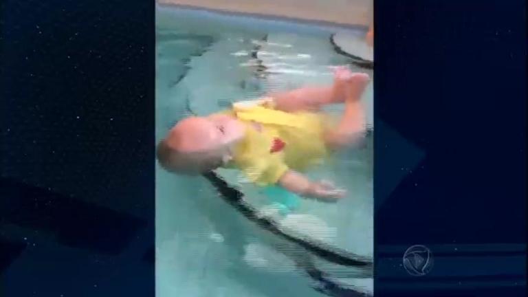 Treinamento de auto salvamento para bebês na água gera polêmica