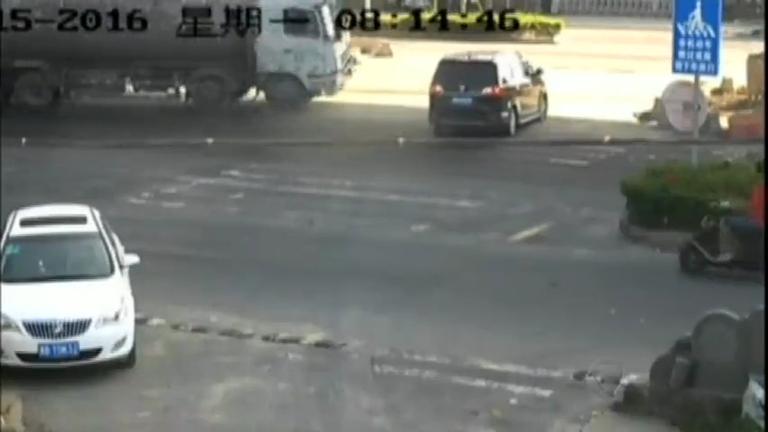 Impressionante! Caminhão desgovernado atinge carro em um ...