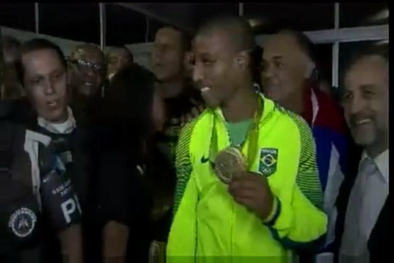 Boxeador de ouro: festa na chegada de Robson Conceição a ...