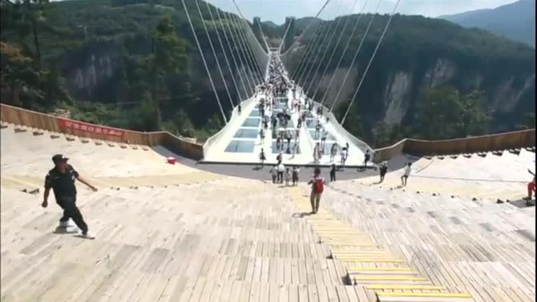 Impressionante! China inaugura a maior e mais alta ponte de vidro ...