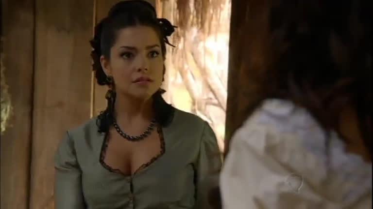 Maria Isabel ameaça Juliana com um pedaço de madeira em chamas