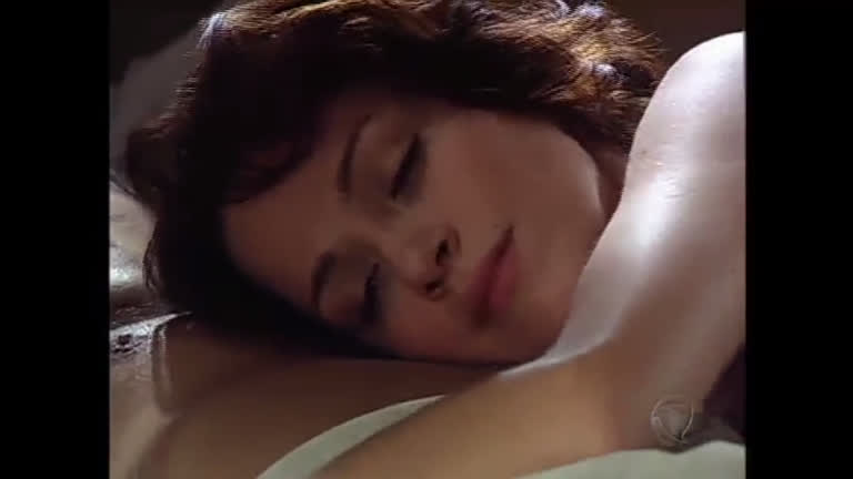 Alice flagra Alexandra e Felipe deitados na cama