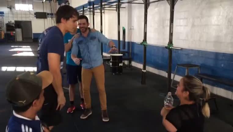 Bastidor: durante treino com Porchat, Ju tenta jogar água…