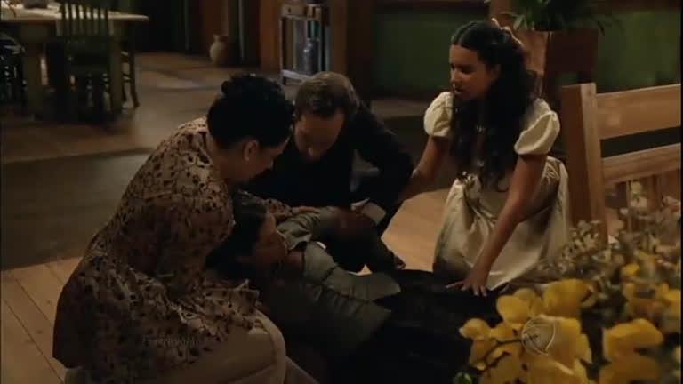 Maria Isabel desmaia e Almeida a carrega para o quarto