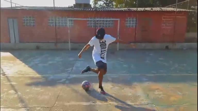 Jovens criam canal de vídeos para ensinar dribles de futebol