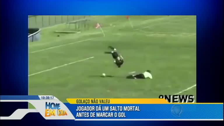 Futebol ou ginástica artística? Jogador dá salto mortal antes de marcar gol nos EUA