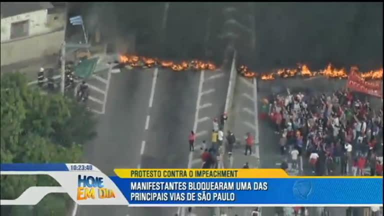 Manifestantes protestam contra o impeachment de Dilma Rousseff em São Paulo