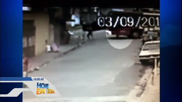 Ônibus desgovernado atropela e mata mulher que varria calçada ...