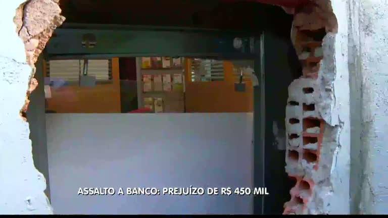 Resultado de imagem para Ladrões roubam mais de R$450 mil de agência bancária