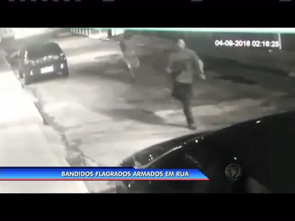 Bandidos são flagrados armados em rua de Nova Iguaçu - Rio de ...