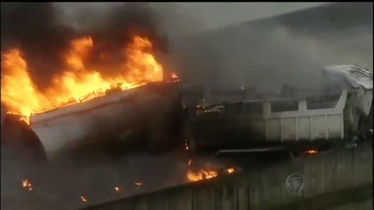 Grave acidente entre dois caminhões provoca explosão e uma ...