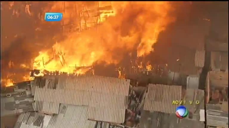 Desesperados, moradores fogem durante incêndio em comunidade ...