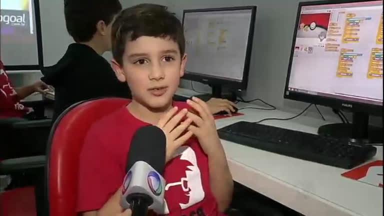 Crianças aprendem a criar jogos e aplicativos de celular