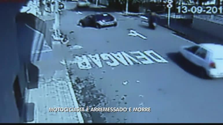 Imagem impressionante mostra motociclista sendo arremessado em ...