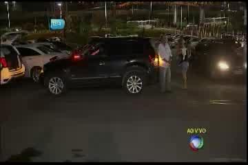 Bandido arromba carro em estacionamento de supermercado ...