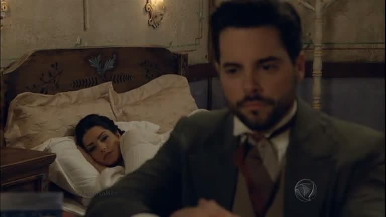 Maria percebe que Miguel está no quarto e finge ter pesadelo ...