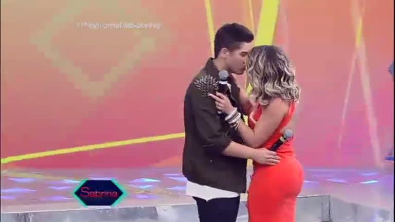 Pintou um clima: Zé Felipe e Babi Rossi se beijam no palco ...