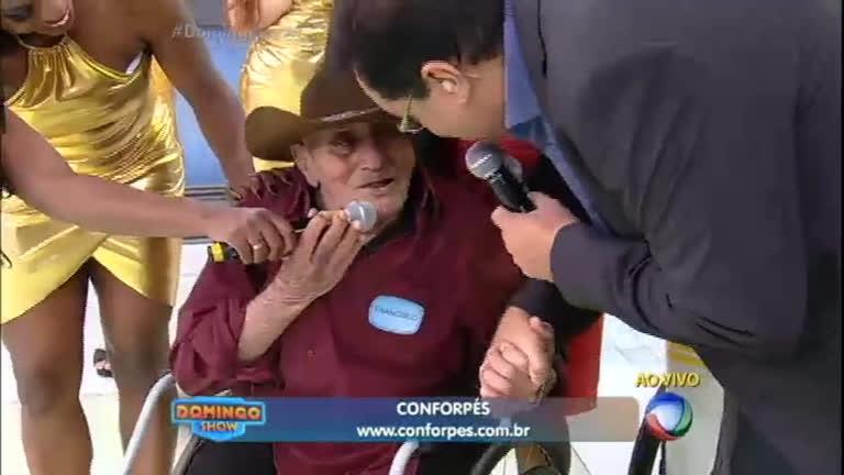 Geraldo Luís emociona vovô do abacaxi com cadeira de rodas para ...