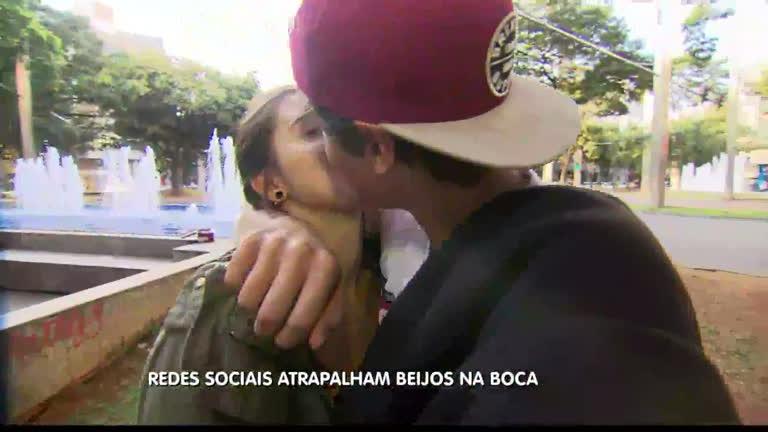 Casais beijam menos e culpam redes sociais