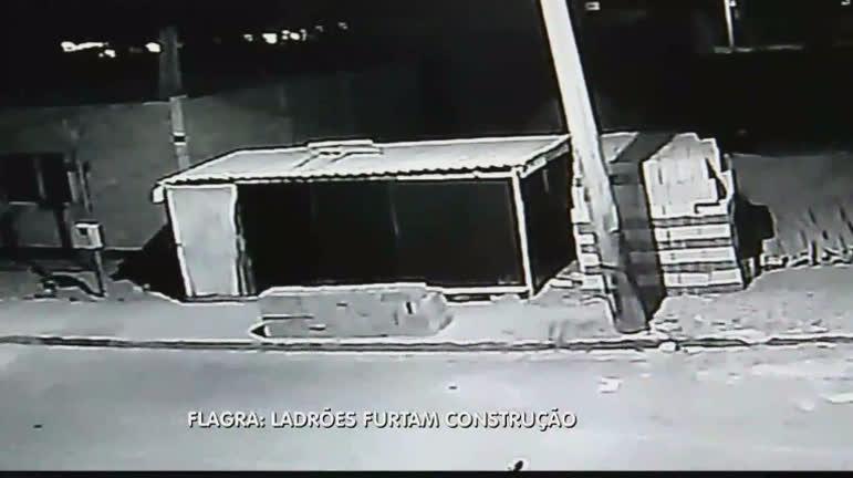 Imagens mostram ladrões fazendo a limpa em uma obra