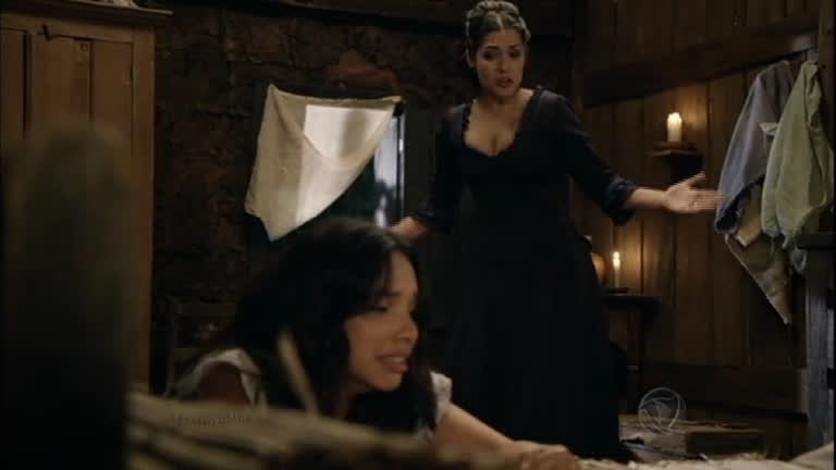 Maria Isabel chora e bate em Juliana lembrando de seu pai ...
