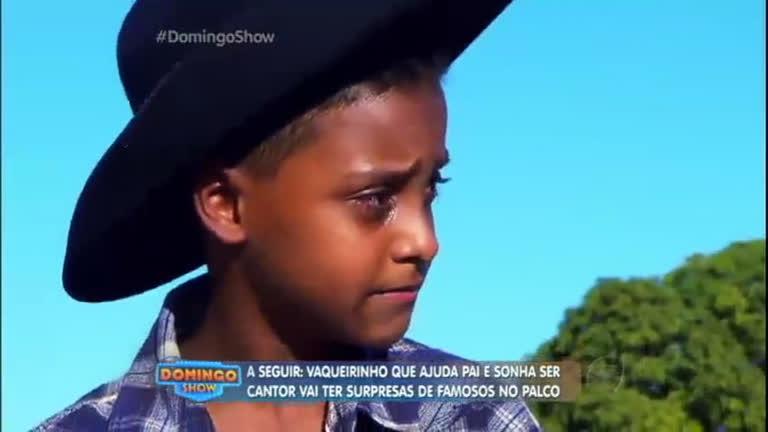 Vaqueirinho ajuda o pai na roça sonha em ser cantor para melhorar ...