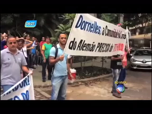 Moradores protestam contra a suspensão do teleférico do ...