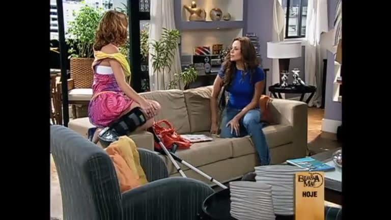 Alice fala para Janaína sobre sua briga com Pedro