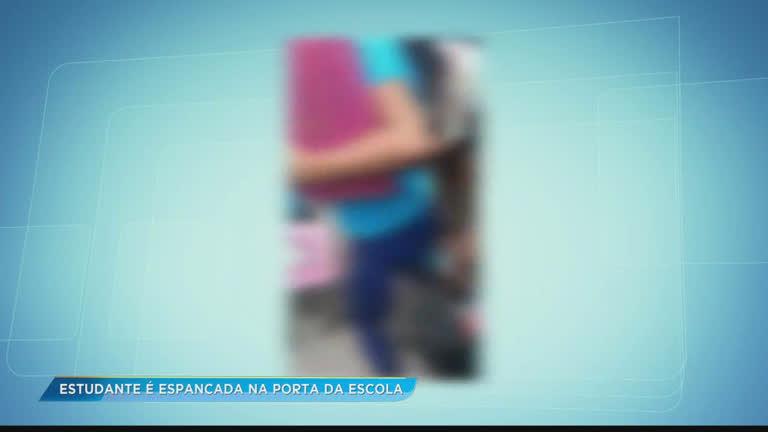 Estudante é espancada por adolescente na porta da casa