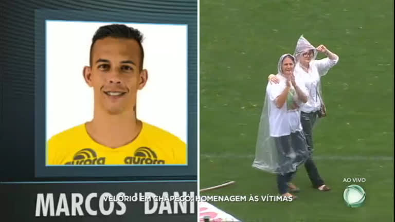 Mãe do goleiro Danilo é ovacionada na Arena Condá