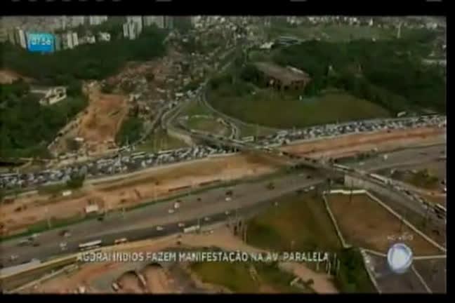 Índios fazem manifestação na Paralela e interditam trânsito