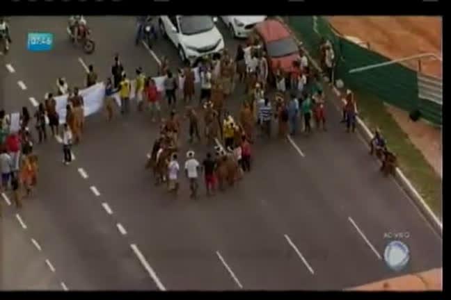 Índios fazem manifestação na Paralela