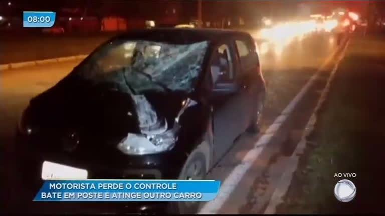 Motorista bate em poste e atinge outro carro