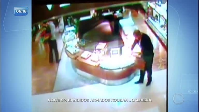 5ec64b33865 Quadrilha rouba joalheria dentro de shopping em São Paulo - Record TV - R7  Balanço Geral Manhã