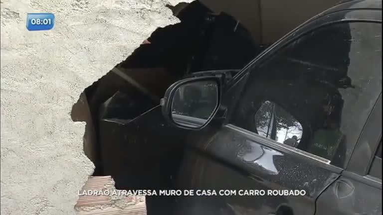 Ladrão atravessa muro de casa com carro roubado em Votorantim (SP)