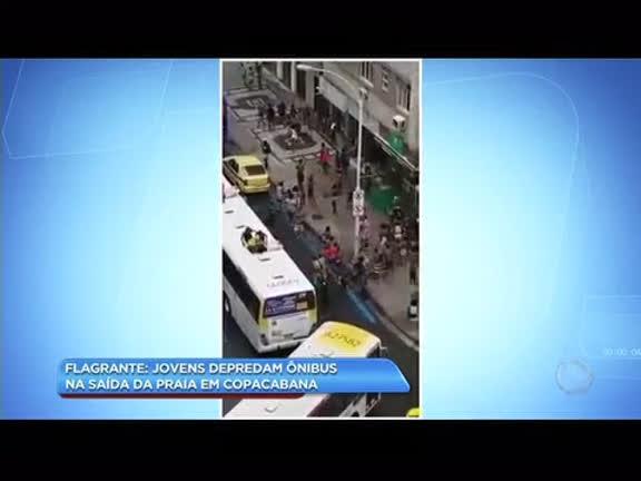 Jovens depredam ônibus na saída da praia de Copacabana, na zona sul